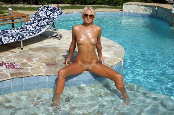 petična-blondinka-sexy-joške-2