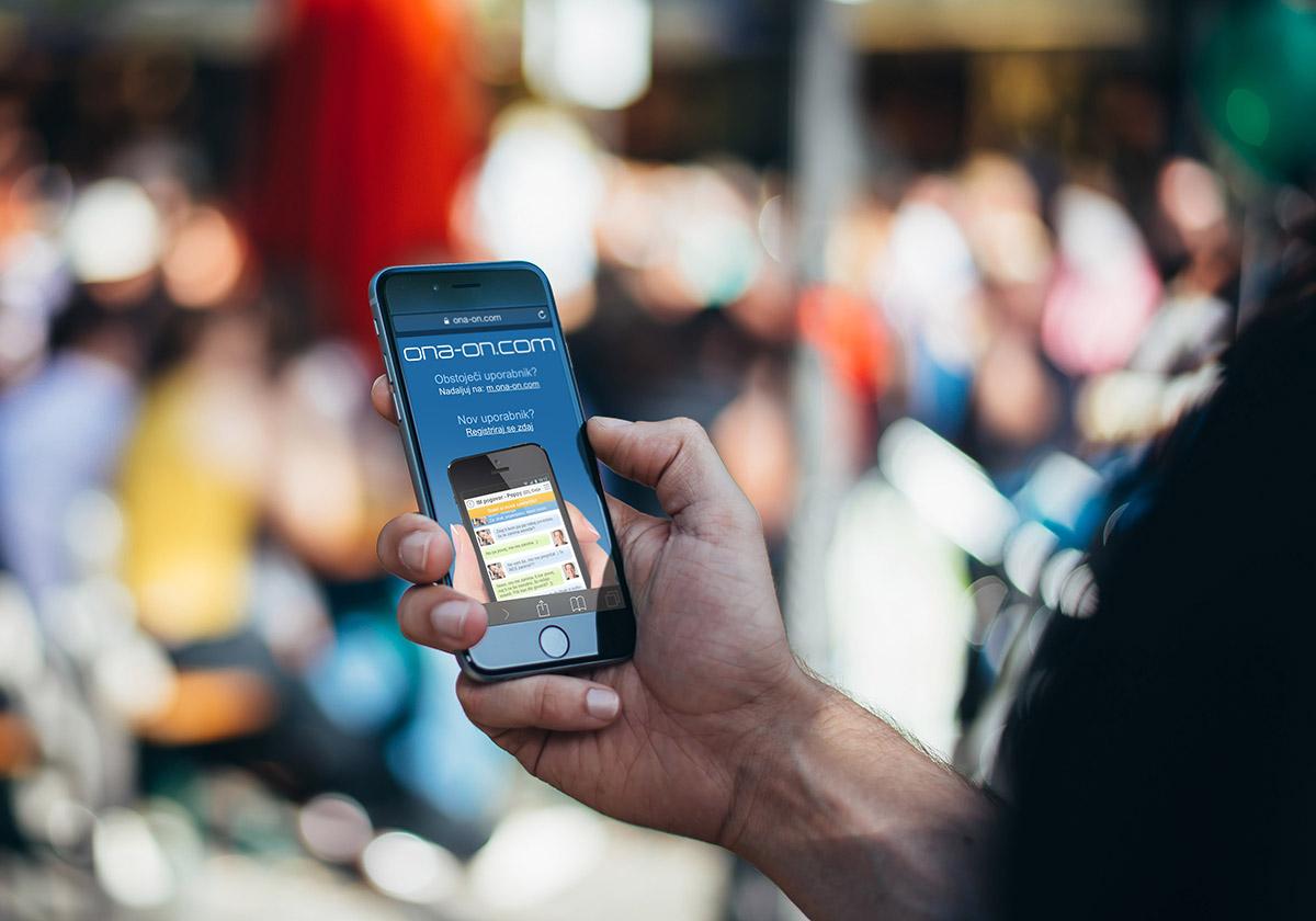 Spletne zmenkarije na mobitelu